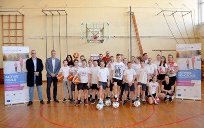"""U OŠ """"Jovan Jovanović Zmaj"""" u Novom Kneževcu promocija sportske opreme i rekvizita iz projekta """"Active Girls""""."""